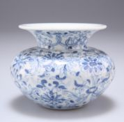 A CHINESE BLUE AND WHITE PORCELAIN VASE
