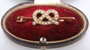 AN EARLY 20TH CENTURY SEED PEARL KNOT BROOCH