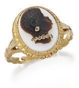 A CARVED HARDSTONE CAMEO HABILLÉS RING