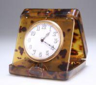AN EARLY 20TH CENTURY TORTOISESHELL 8-DAYS TRAVELLING CLOCK