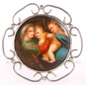 A MID TO LATE 19TH CENTURY PORCELAIN BROOCH