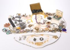 A QUANTITY OF SILVER AND COSTUME JEWELLERY