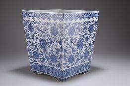 A MING-STYLE CHINESE BLUE AND WHITE PORCELAIN PLANTER