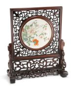 A CHINESE FAMILLE ROSE PORCELAIN AND HARDWOOD TABLE SCREEN