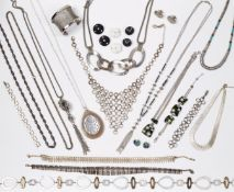 A GROUP OF SILVER METAL AND OTHER JEWELLERY