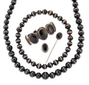 A GROUP OF VICTORIAN BANDED AGATE JEWELLERY