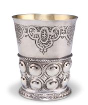 AN EARLY 18TH CENTURY GERMAN SILVER BEAKER CUP,