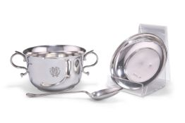 AN EDWARDIAN SILVER PORRINGER, COVER AND SPOON