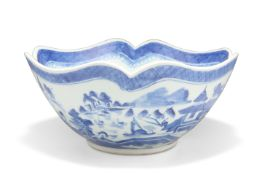 AN 18TH CENTURY CHINESE BLUE AND WHITE BOWL