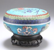A CHINESE FAUX CLOISONNÉ PORCELAIN BOX AND COVER