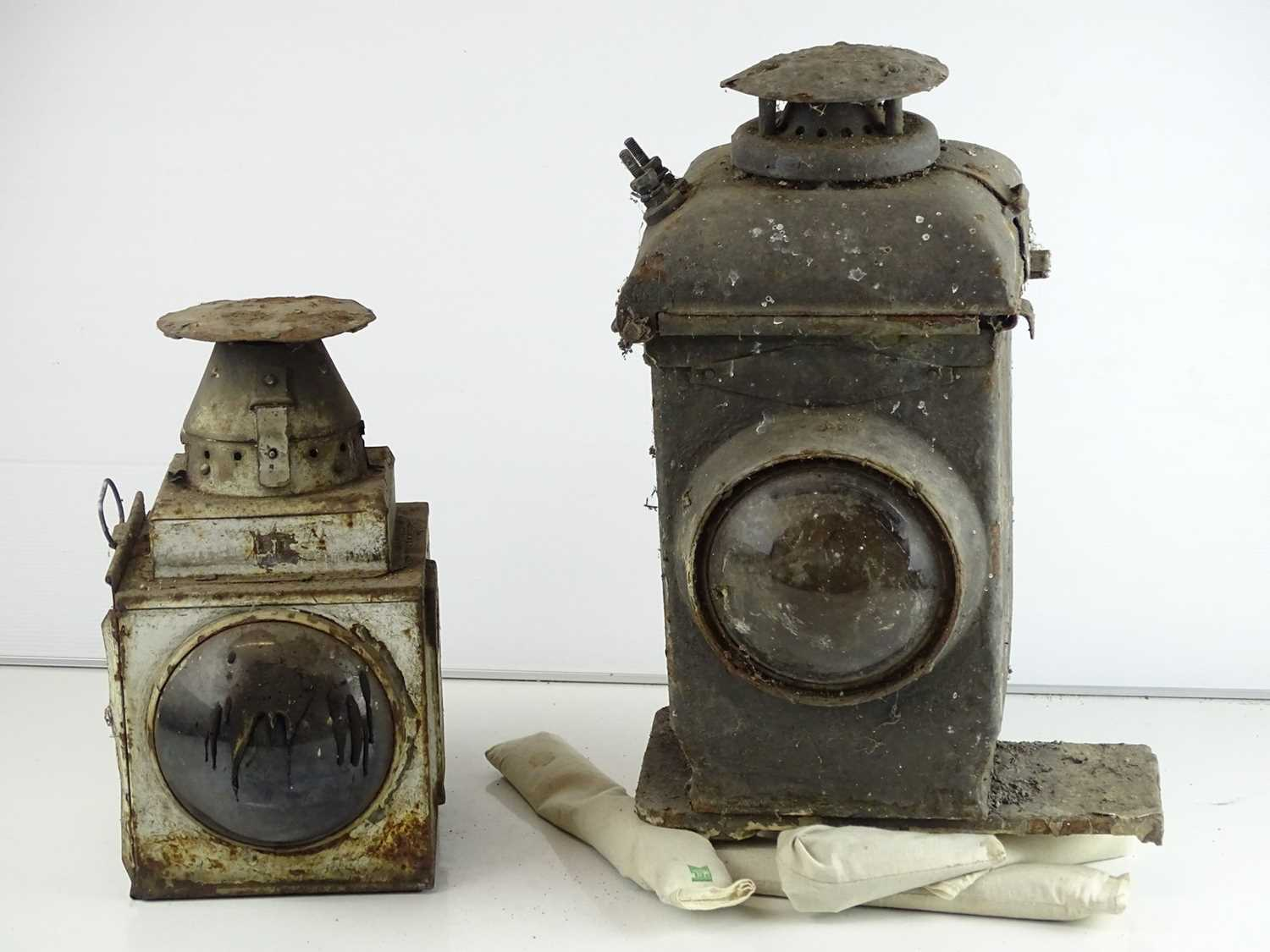 A pair of railway lamps (2)