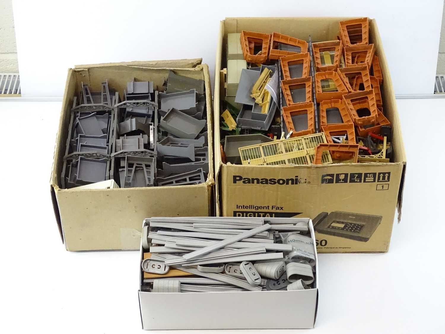A large quantity of OO Gauge TRI-ANG/HORNBY bridge and pier accessories - G (unboxed) (Q)