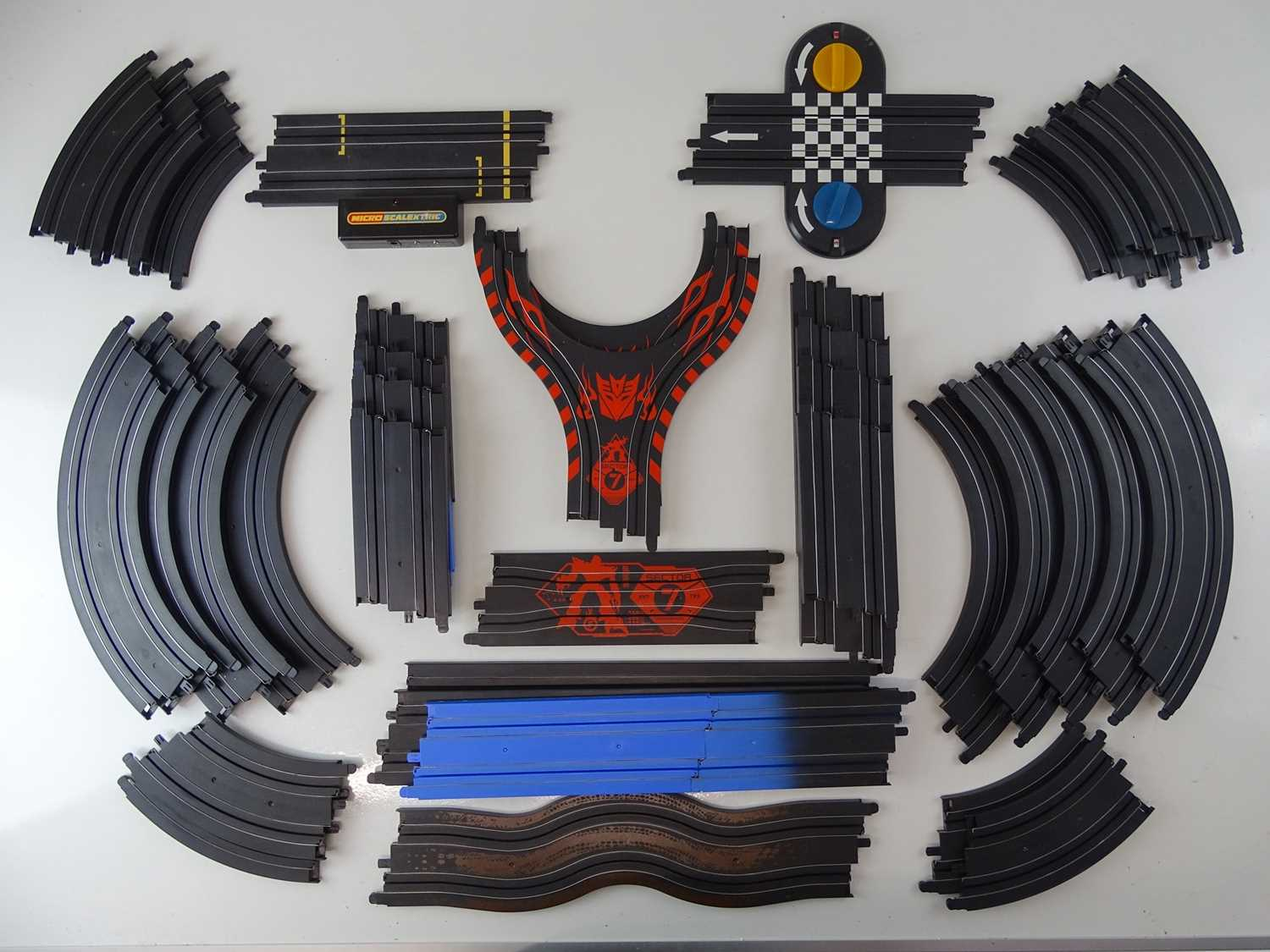 A large quantity of MICRO SCALEXTRIC to include eleven cars and track - G (unboxed) (Q)