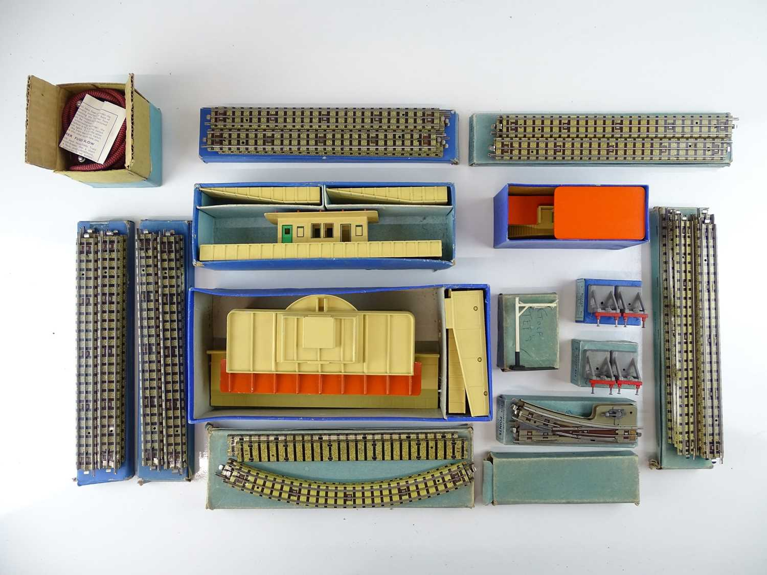 A large group of HORNBY DUBLO OO Gauge stations, track and accessories - G in G boxes (15) - Image 2 of 3