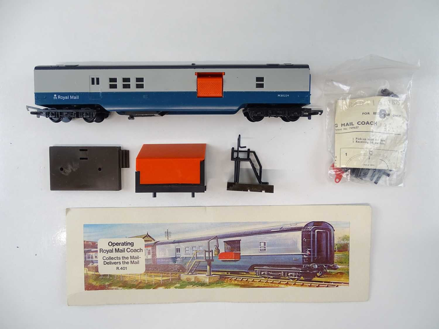 A group of TRI-ANG HORNBY OO Gauge Mark 1 coaches together with a R401 Operating Mail Coach set - VG - Image 2 of 3