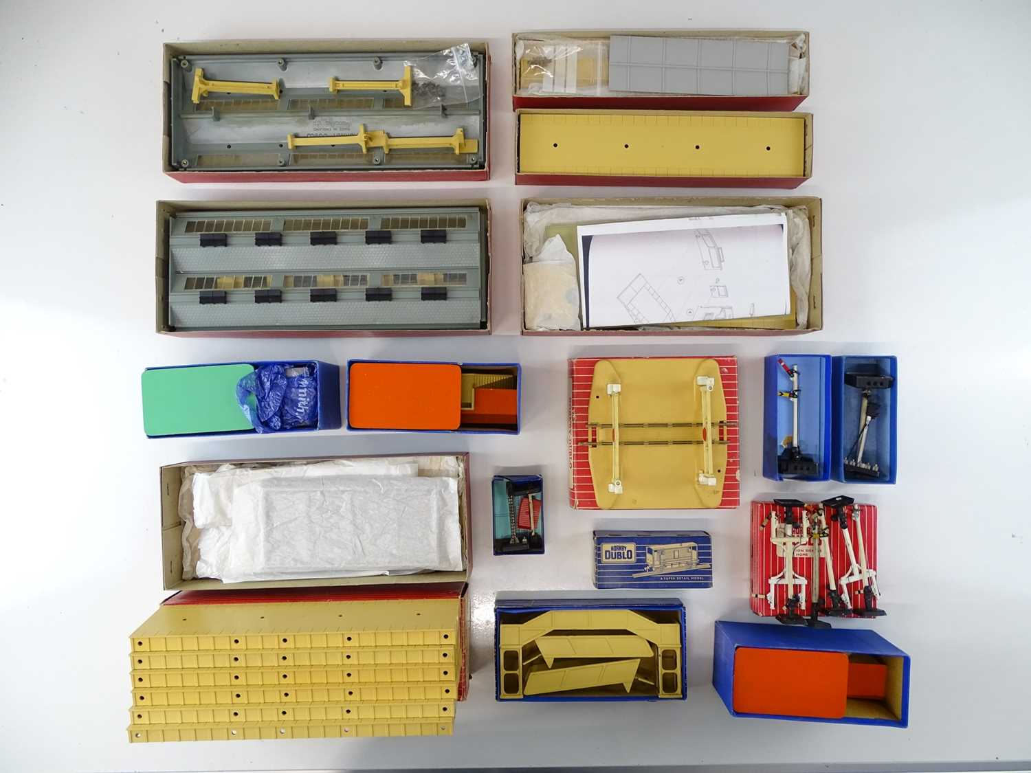 A mixed group of HORNBY DUBLO OO Gauge kits and accessories to include a suburban station, engine - Image 2 of 3