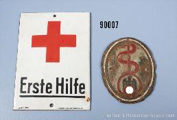"""Konv. 2 Emailleschilder """"D.D.A.C."""" 3. Reich, mit Äskulabstab und """"Erste Hilfe"""", teilweise..."""