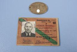 Dienstausweis für einen Kriminalsekretär der Kriminalpolizei Berlin mit dazugehöriger ...