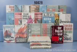 Konv. 40 überwiegend original verpackte Militärbücher über den 2. WK des Erich ...