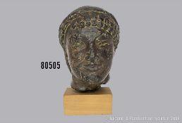 Museumsreplik eines antiken griechischen Jünglingskopfes (archaischer Kuros), erworben ...