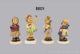 """Konv. 4 Goebel Porzellan Hummel Figuren, dabei 2181 """"Singt mit"""", Club 2004/2005, 2087/1 ..."""