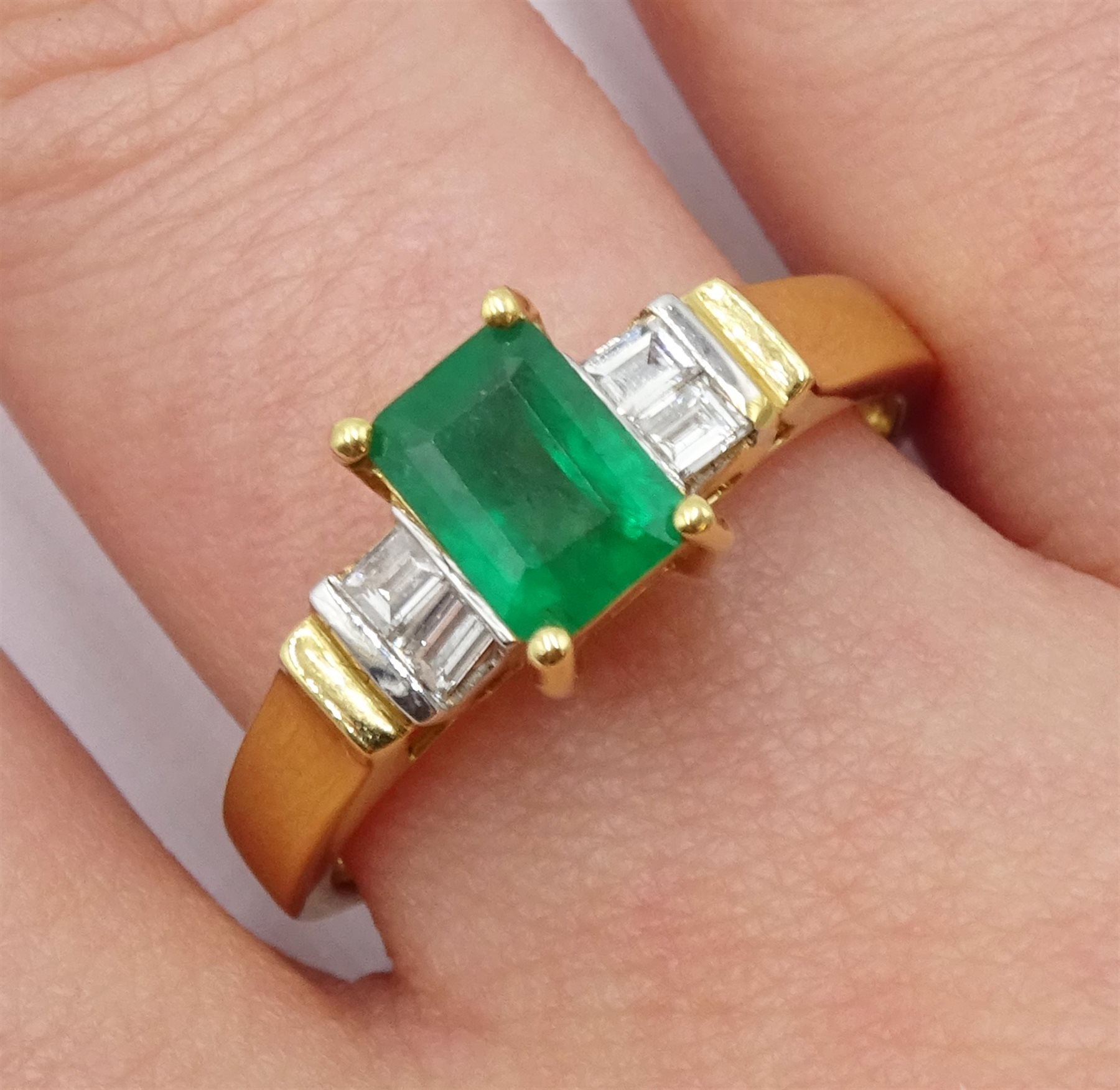 18ct gold emerald ring - Image 2 of 4