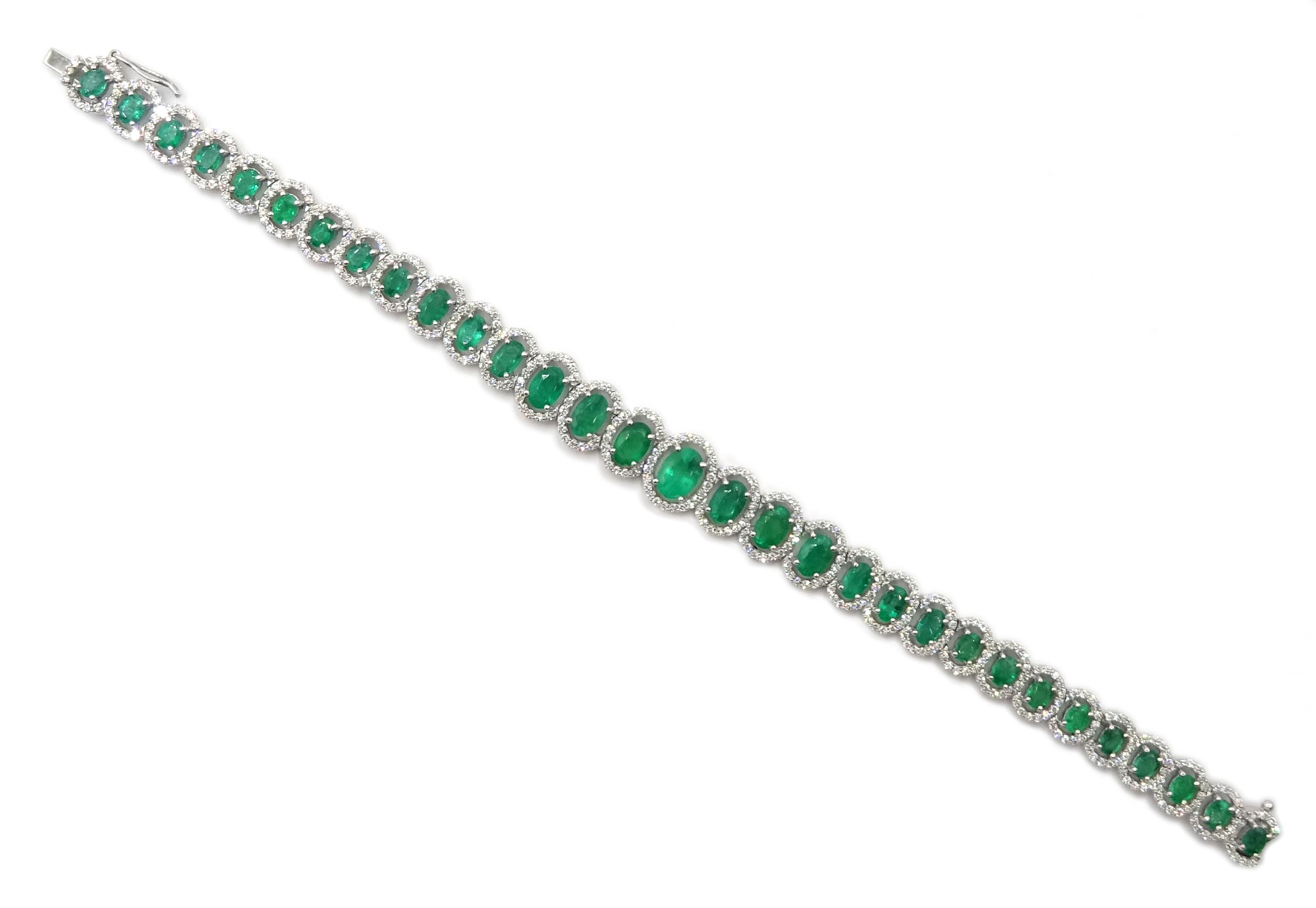 18ct gold graduating oval emerald bracelet - Image 3 of 5