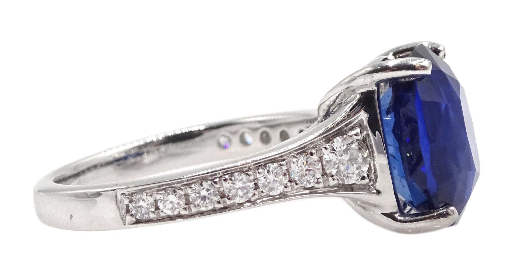 Platinum cushion cut Ceylon sapphire ring - Image 4 of 6