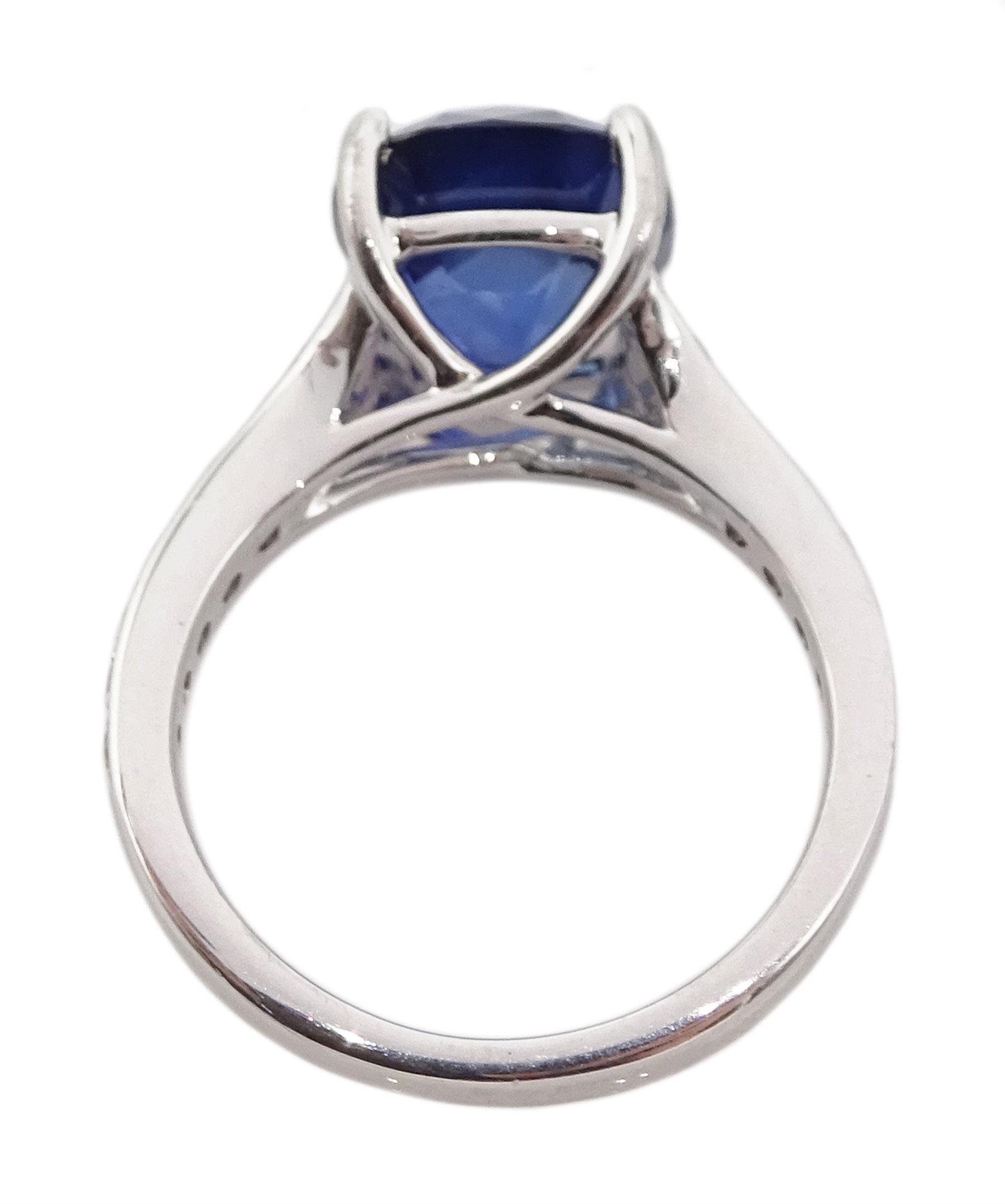 Platinum cushion cut Ceylon sapphire ring - Image 5 of 6