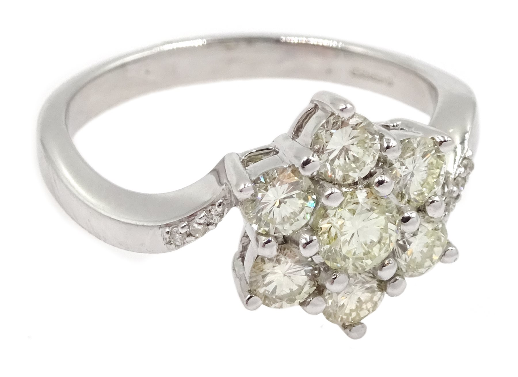 18ct white gold diamond cluster ring - Image 3 of 4