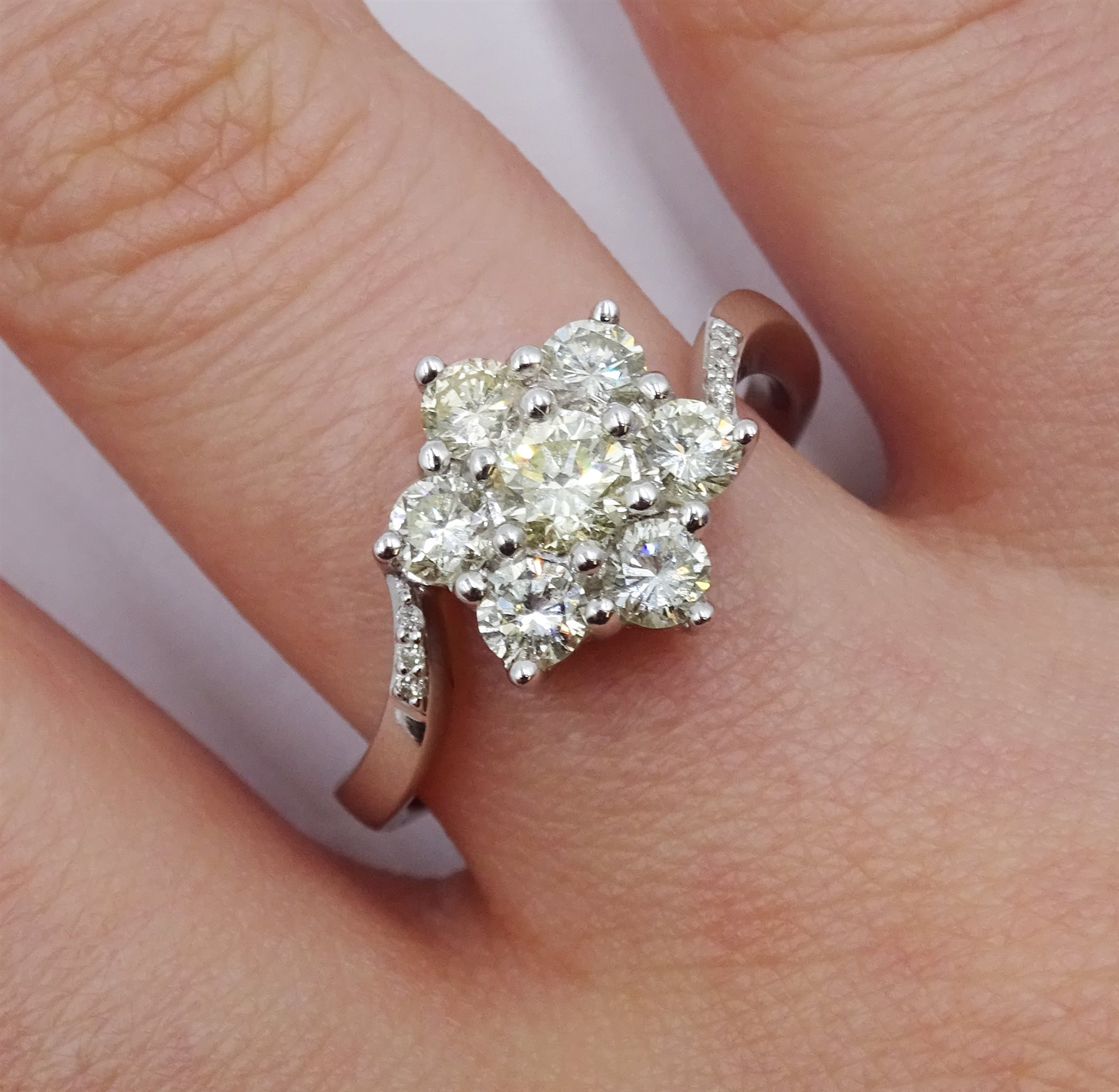 18ct white gold diamond cluster ring - Image 2 of 4