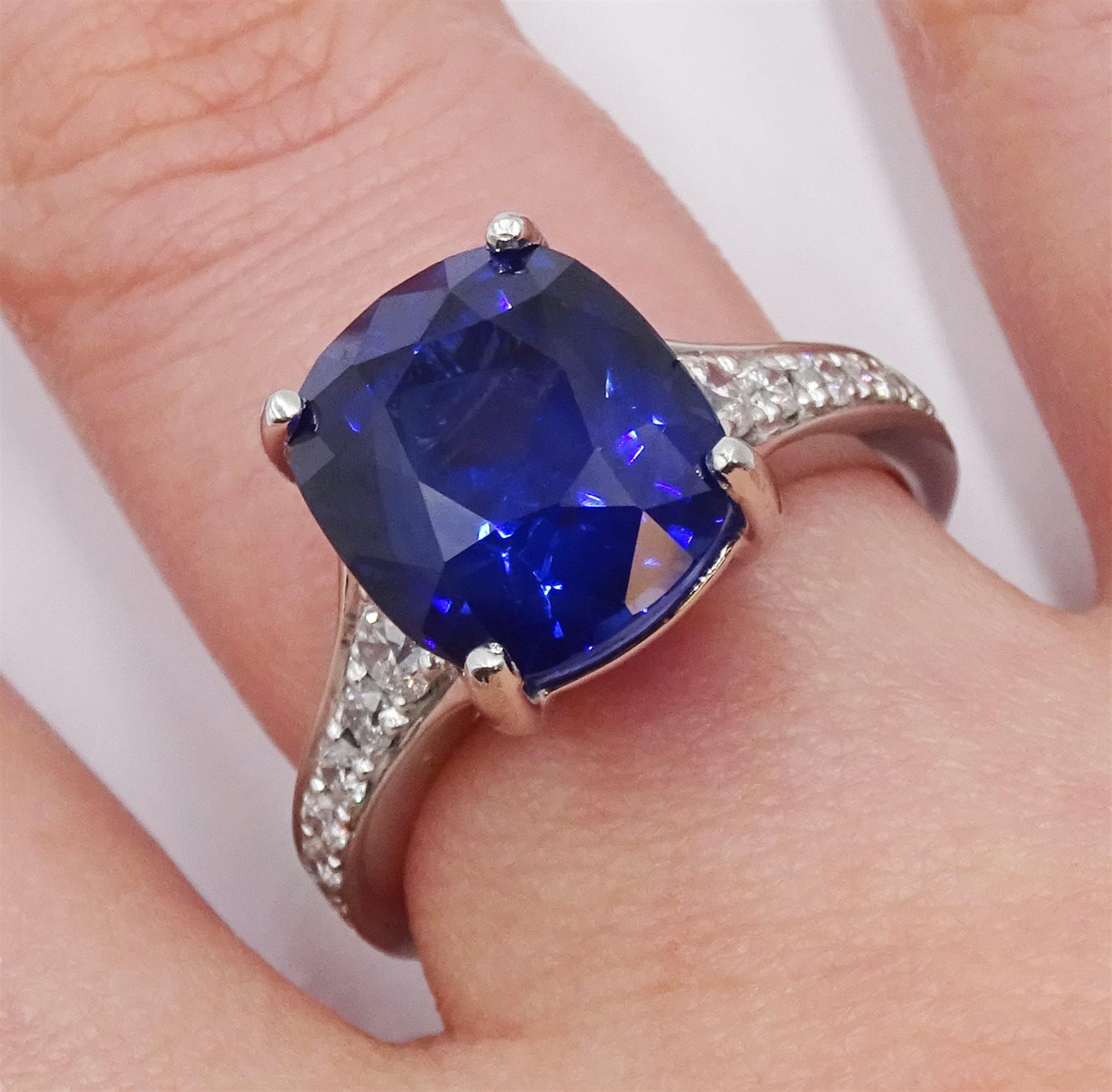 Platinum cushion cut Ceylon sapphire ring - Image 2 of 6