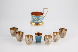 Sechs Silber-Wodkabecher und Email-Teeglashalter und Wodkabecher