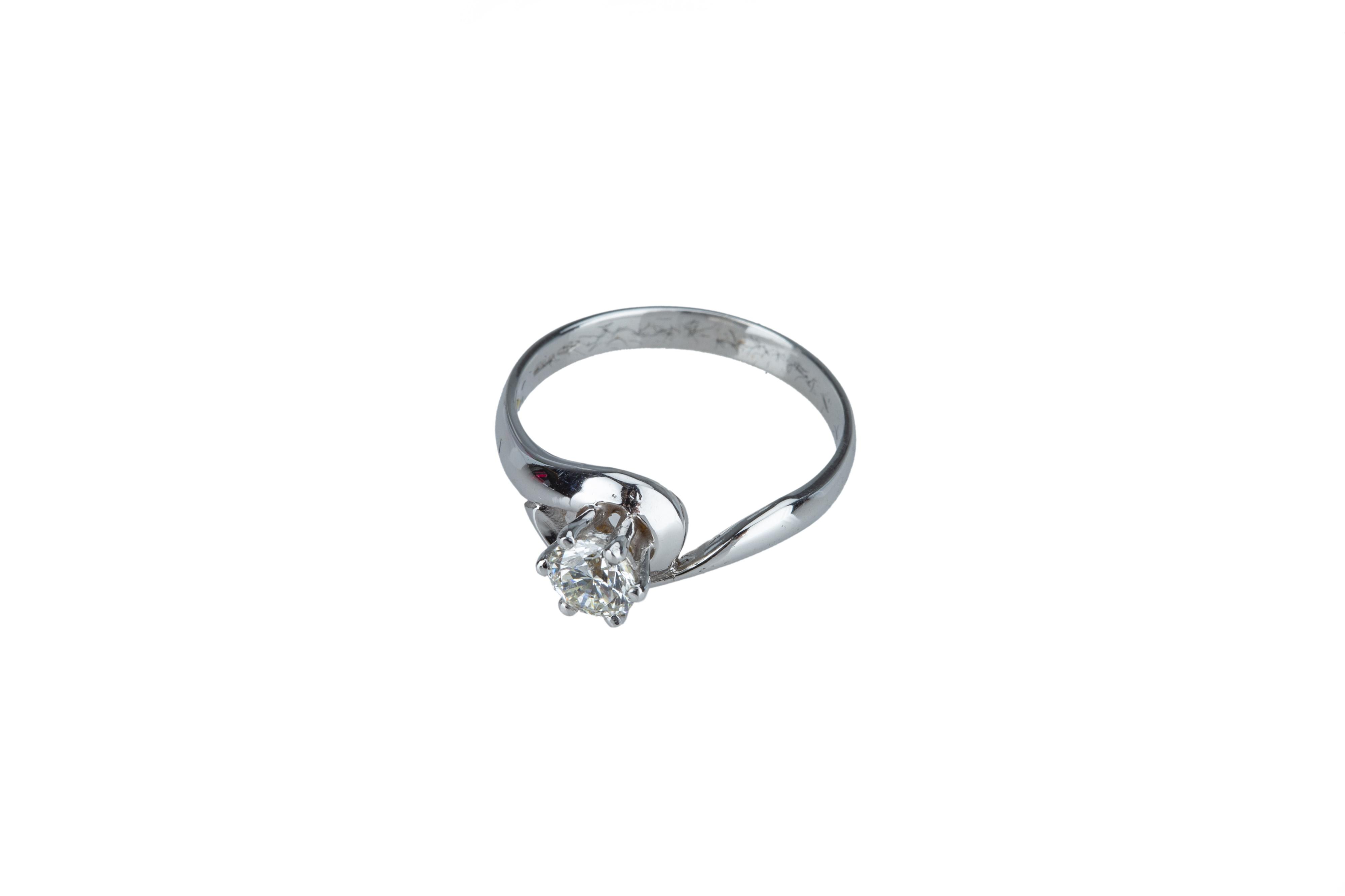 A single stone diamond ring. - Image 2 of 3