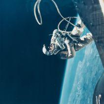 Gemini 4.- McDivitt (James) Ed White walking in space over Hawaii, June 1965, vintage chromogenic …
