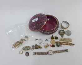 A collection of jewellery to include 3 9ct gold rings, a pair of 9ct gold loop earrings, 9ct brooch,