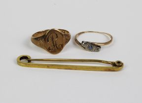 15ct gold bar brooch, Gent's 9ct gold signet ring and a yellow metal gemset ring (3)
