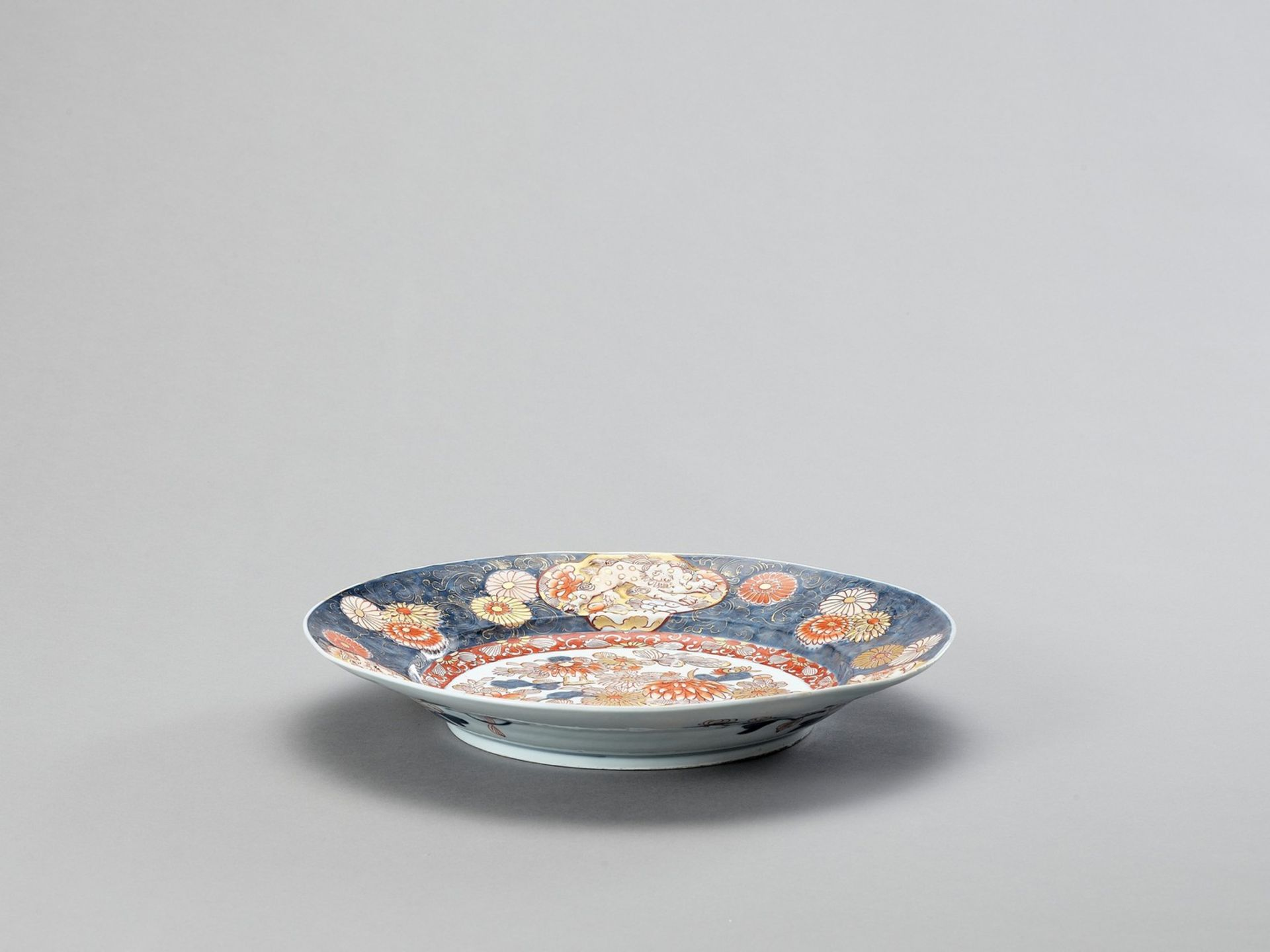A LARGE IMARI PORCELAIN CHARGER - Image 4 of 4
