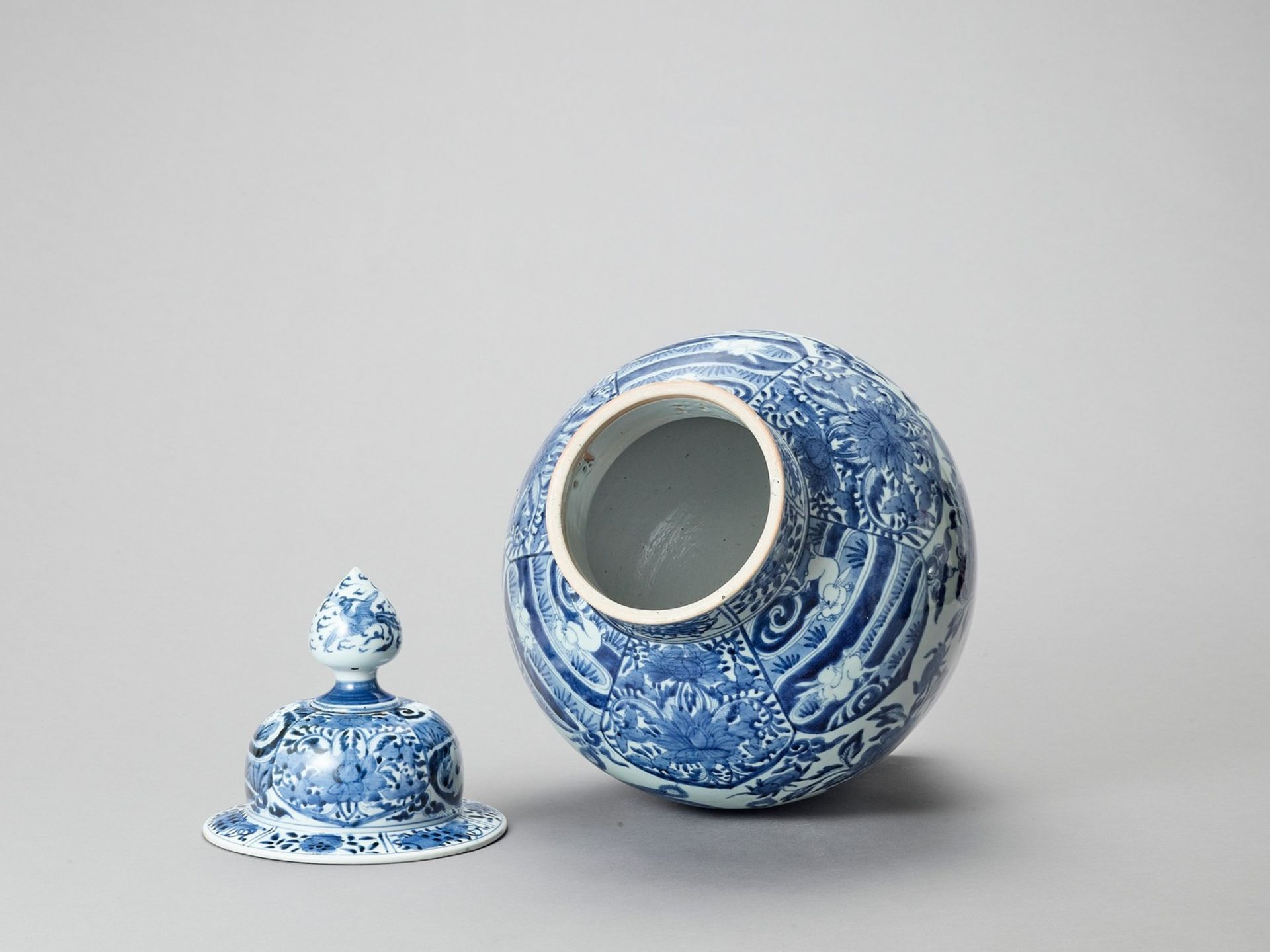 A LARGE BLUE AND WHITE PORCELAIN JAR AND COVER - Image 5 of 6