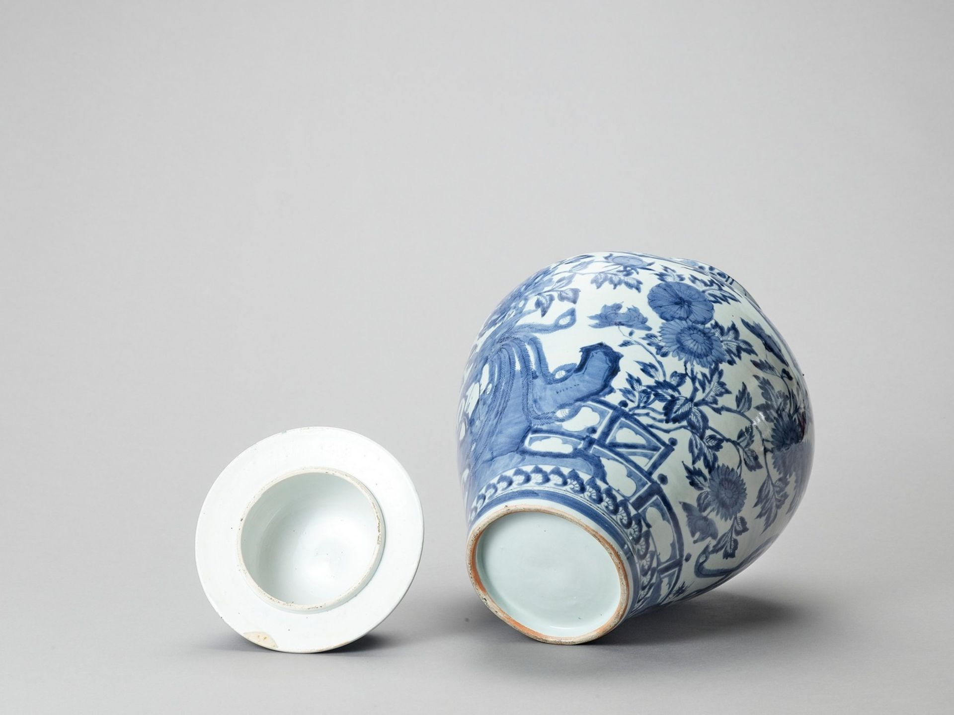 A LARGE BLUE AND WHITE PORCELAIN JAR AND COVER - Image 6 of 6