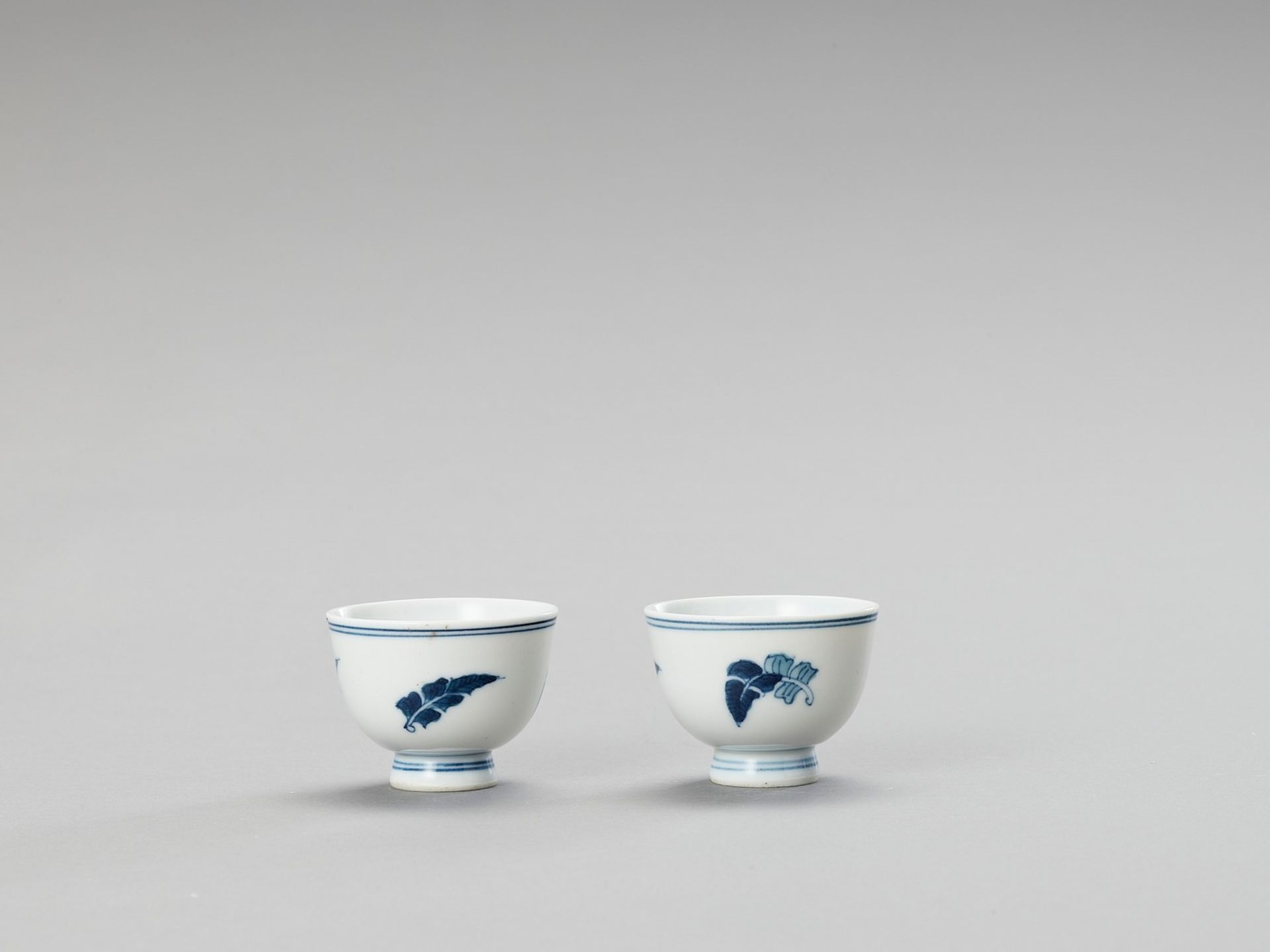 A SMALL PAIR OF BLUE AND WHITE PORCELAIN CUPS - Image 5 of 5