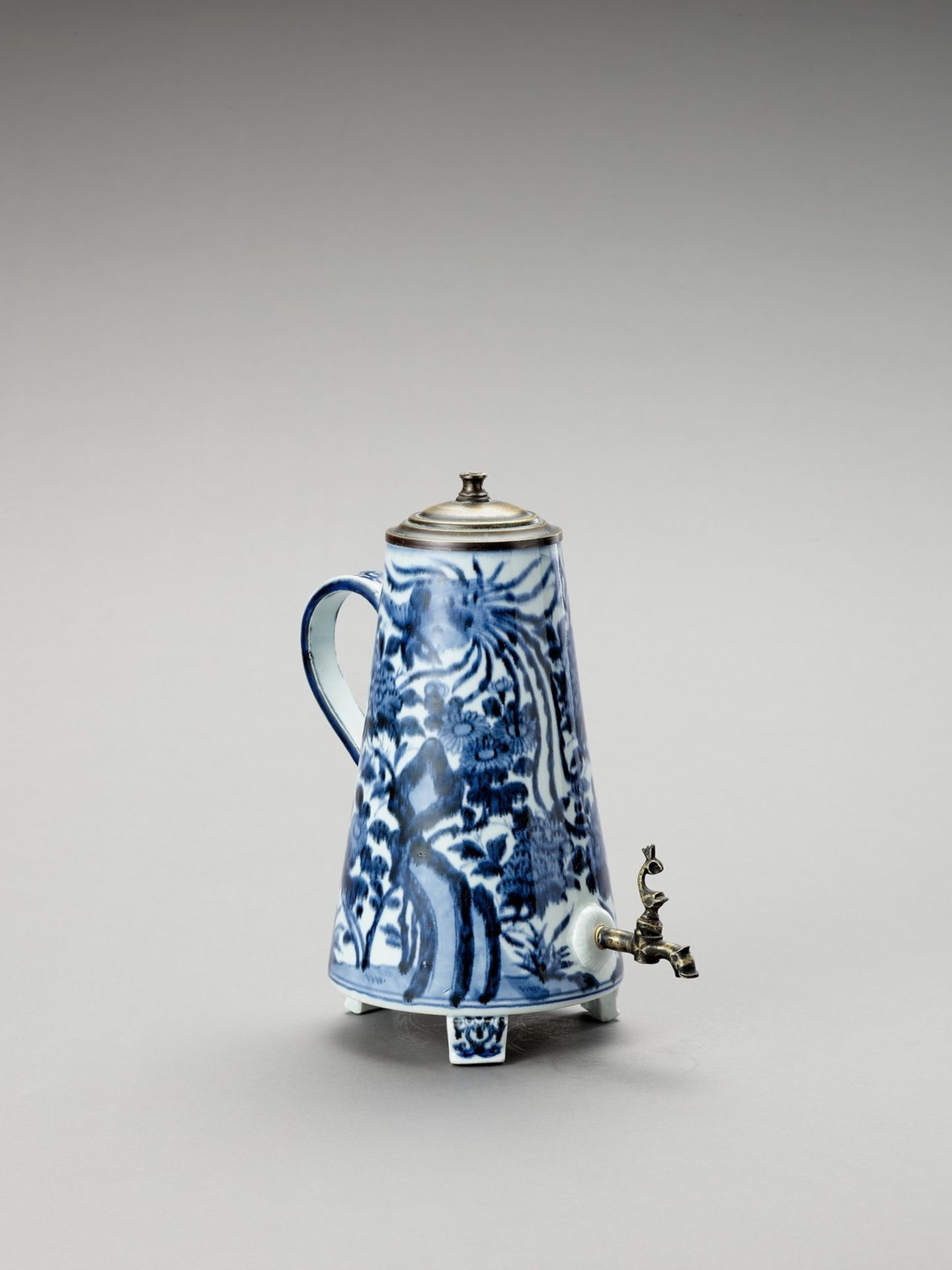 A BLUE AND WHITE PORCELAIN COFFEE POT AND COVER