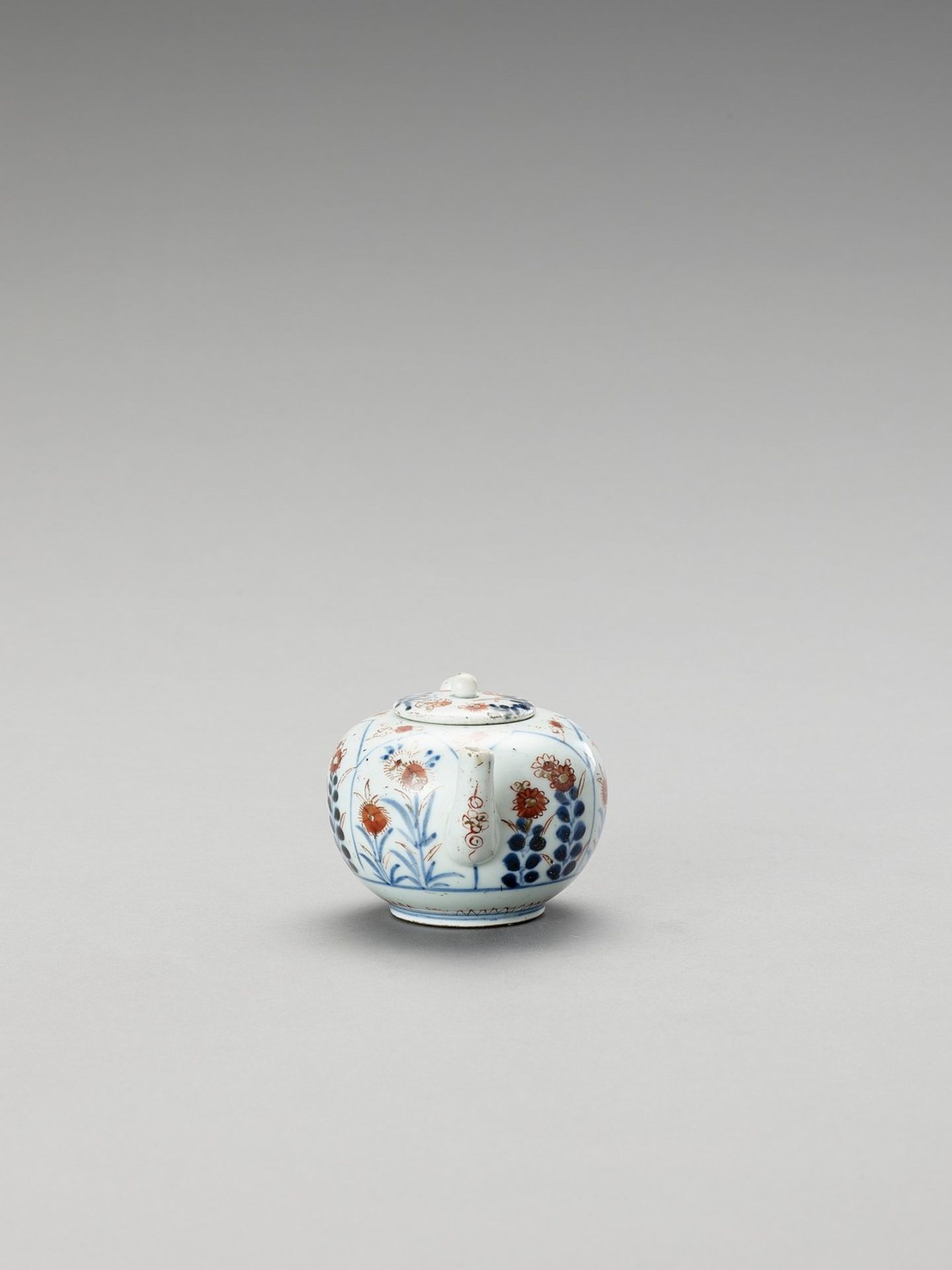 AN IMARI PORCELAIN TEAPOT WITH COVER - Image 3 of 6