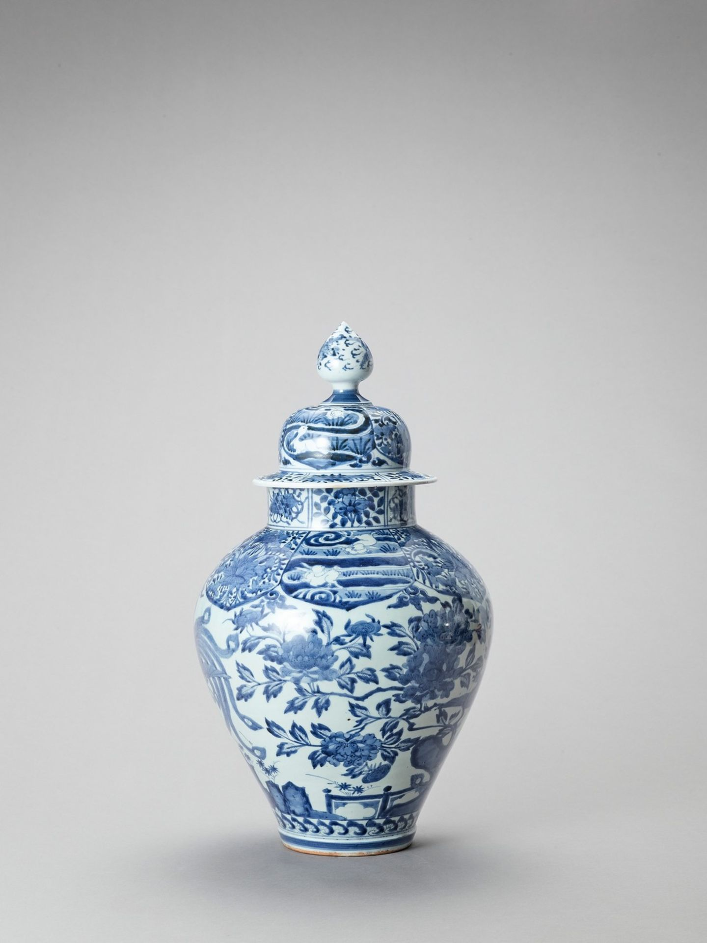 A LARGE BLUE AND WHITE PORCELAIN JAR AND COVER - Image 2 of 6