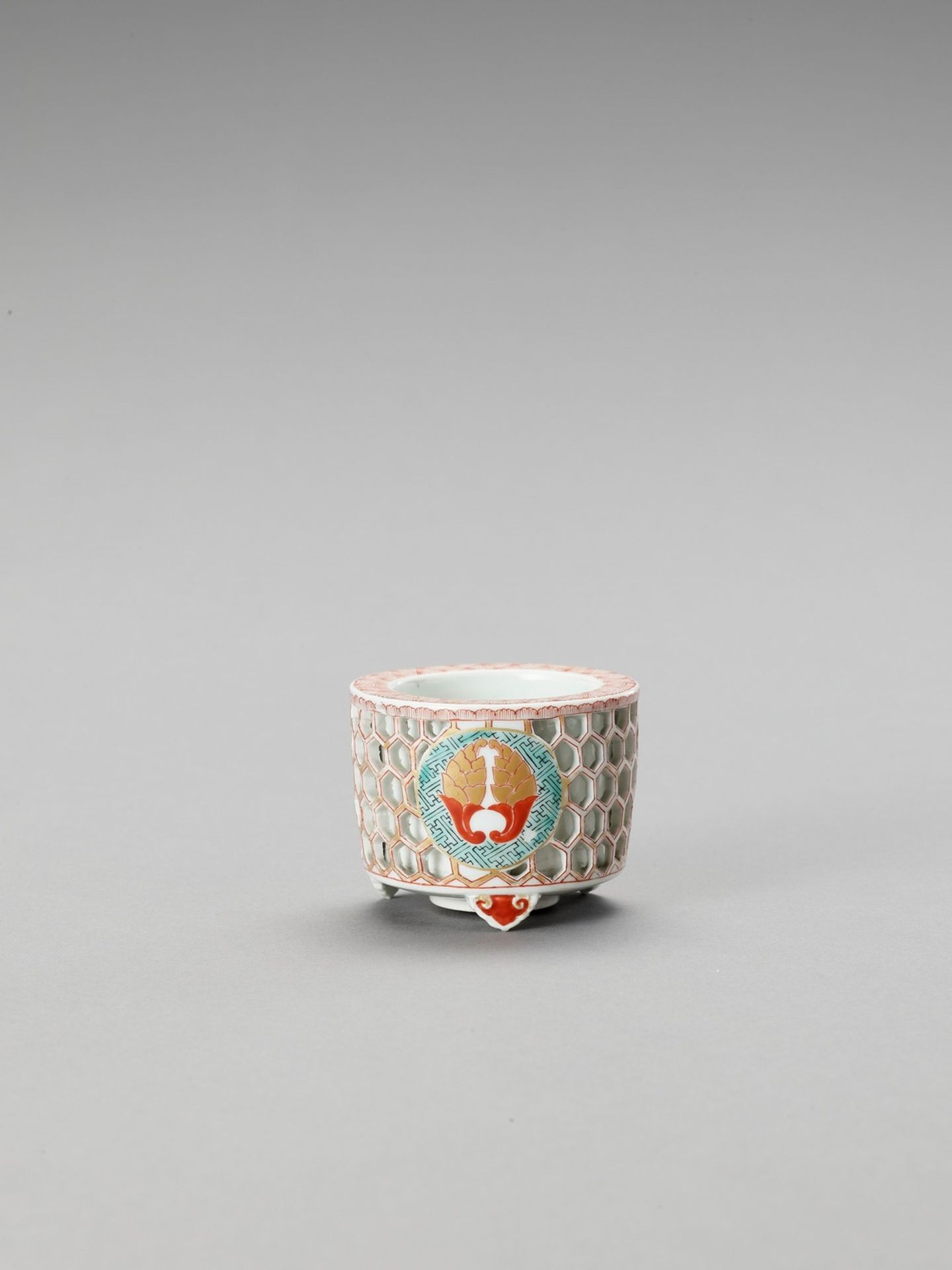 A RETICULATED IMARI PORCELAIN CENSER - Bild 2 aus 6