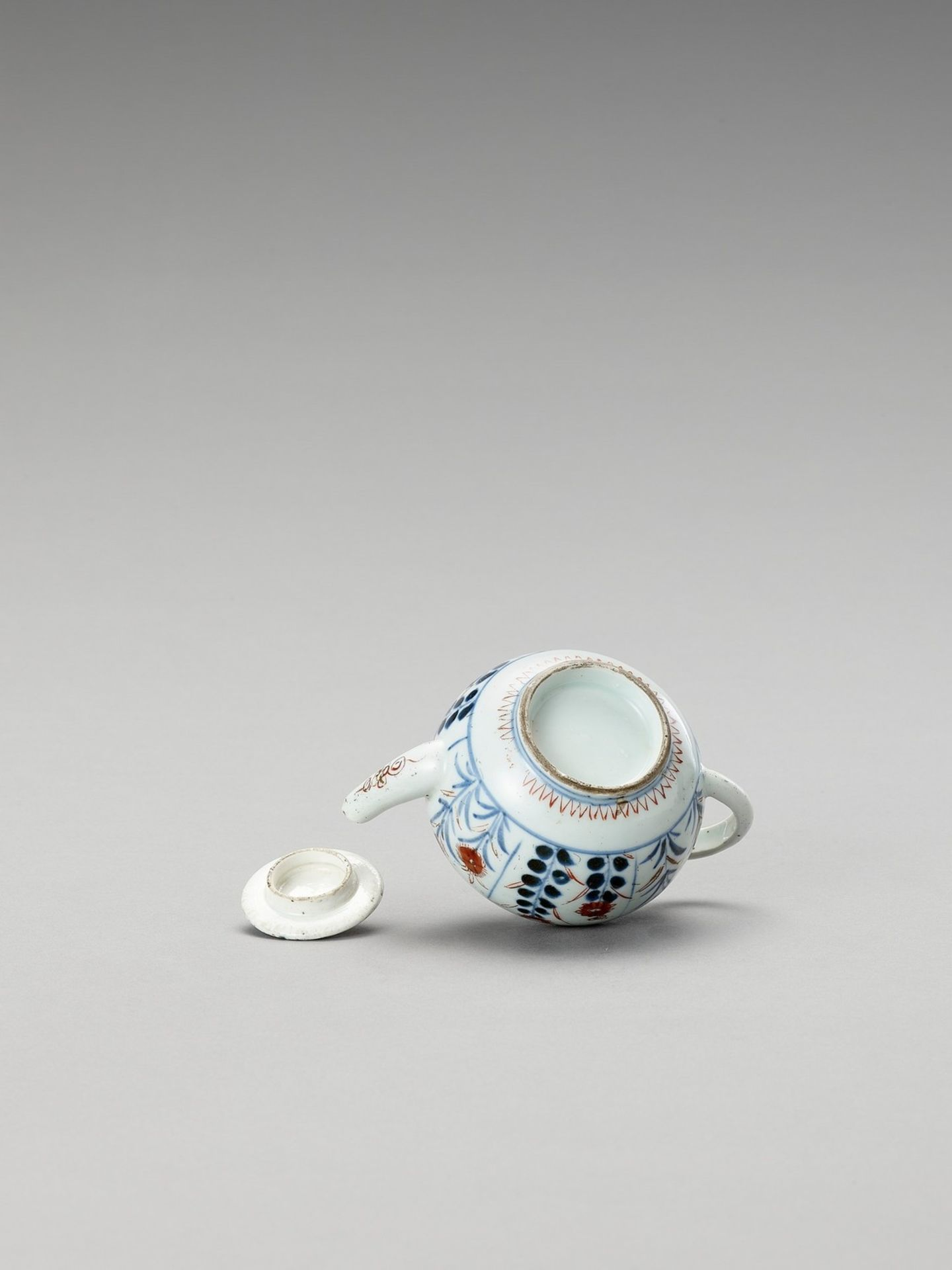 AN IMARI PORCELAIN TEAPOT WITH COVER - Image 5 of 6