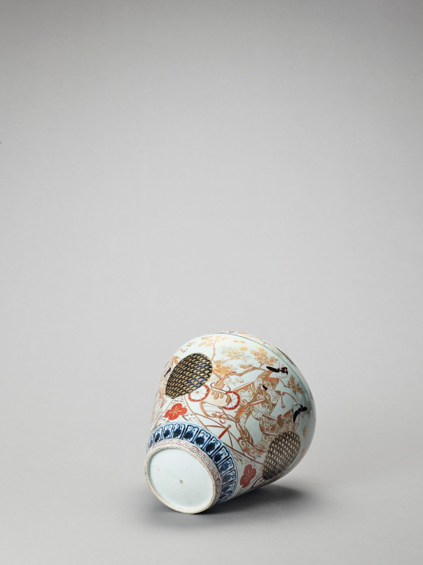 A LARGE IMARI PORCELAIN BALUSTER VASE AND COVER - Image 7 of 7