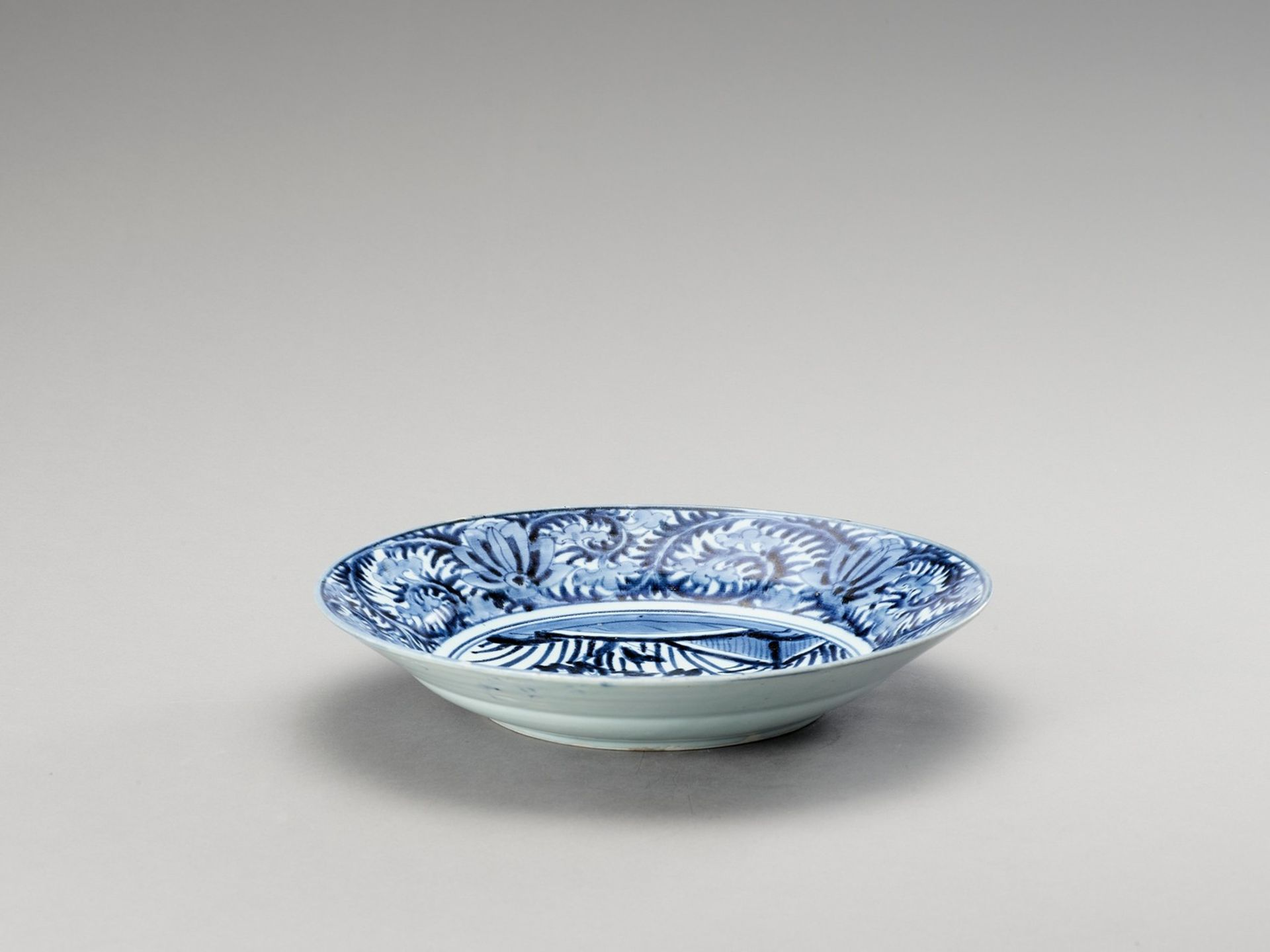 A BLUE AND WHITE 'FLORAL' PORCELAIN CHARGER - Image 4 of 4