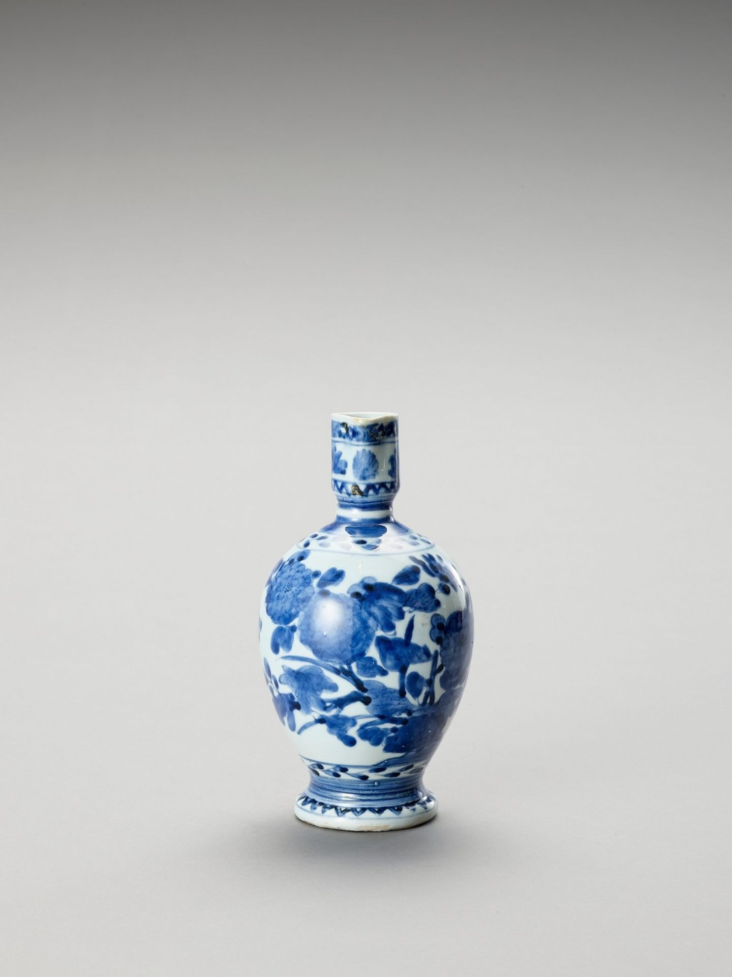 A BLUE AND WHITE PORCELAIN JUG - Image 2 of 7