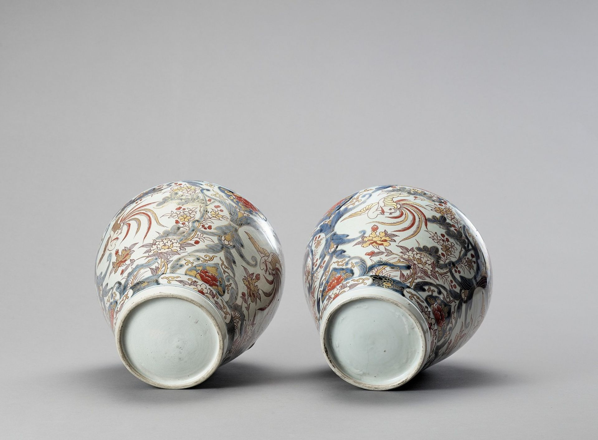 A LARGE PAIR OF IMARI PORCELAIN VASES AND COVERS - Image 6 of 6